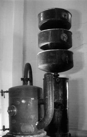 Pistorius-tislauslaitteisto Altian Rajamäen tehtaan museossa.