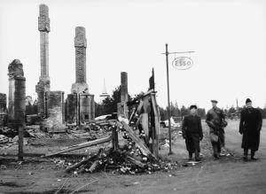 Soldater i ett Kittilä i ruiner, Lapplandskriget