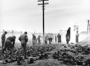 Människor söker konserver och annat i tyskarnas nedbrända barack, Lapplandskriget