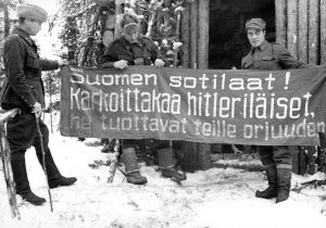 Soldater förevisar en sovjetisk banderoll, Lapplandskriget
