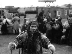 Samisk kvinna från Enare evakueras, Lapplandskriget