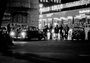 Ihmisiä öisellä Perunatorilla ylioppilastalojen välissä 1970.