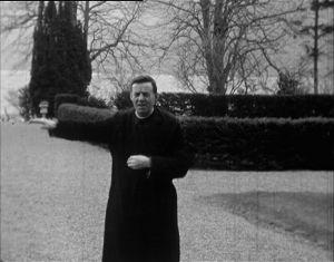 Benediktiinimunkki isä Carruth kertoo omasta havainnostaan. Hän kertoo nähneensä hirviön vuonna 1940.