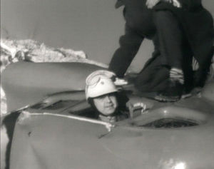 Matti Jämsä nousee autosta, jolla ajoi kuperkeikkaa hiekkamonttuun.