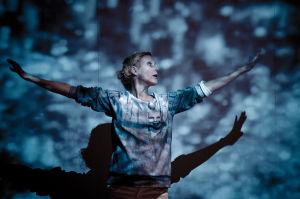 Milka Ahlroth näyttelee Koko-teatterin näytelmässä Maailma luottaa meihin.