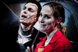 Marc Gassot ja Minna Puolanto Koko-teatterin näytelmässä Maailma luottaa meihin.