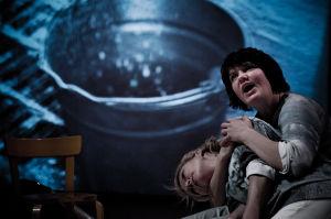Milka Ahlroth ja Joanna Haartti näyttelevät Koko-teatterin näytelmässä Maailma luottaa meihin.