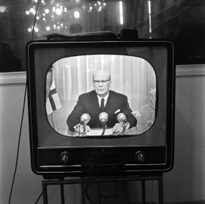 Tv-vastaanotin, josta näkyy presidentti Kekkonen pitämässä uudenvuodenpuhetta 1958