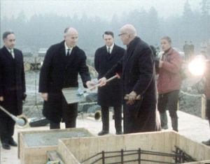 Presidentti Kekkonen muuraa Saabin tehtaan peruskiven