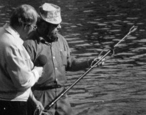 Lahden järvipelastusyksikön edustaja esittelee pienoissukellusveneen harppuunaa 1970.