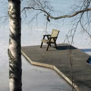 Tuoli laiturilla jäisellä jäällä.