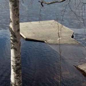 Laituri puolittain veden alla.