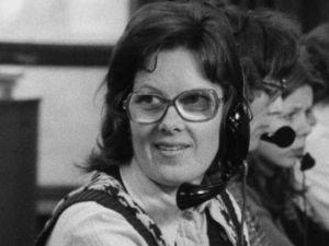 Puhelunvälittäjä Sirkka Valkama työssään (1974).
