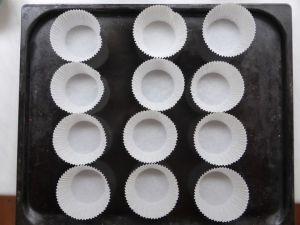 Muffinsivuokia pellillä