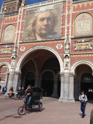 rijksmuseum i Amsterdam, fasad med Rembrandtreklam