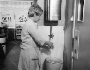 Elannon myymälänhoitaja Marja Jääskeläinen esittelee kaupan pesutiloja