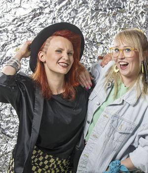 Elina ja Laila poseeravat julistekuvassa