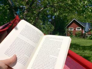 Läsning i hängmattan.
