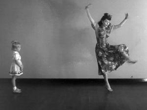 Tuulikki Paananen opettaa pikkutytölle (Kaarina Tamminen) tanssia (1947).