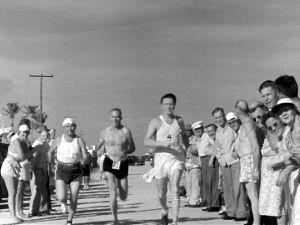 """William ja Tatu Kolehmainen sekä """"Tohtori Suominen"""" juoksukisan johdossa (1947)."""