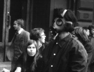 Mielenosoittaja kritisoi autojen saastuttamista.