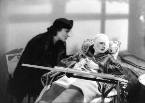 Anna Holm (Ingrid Bergman) sairasvuoteessa kasvoleikkauksen jälkeen. Kuva elokuvasta Naisen kasvot