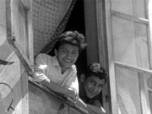 Kaksi poikaa katsoo hymyillen ikkunasta Damaskoksessa Syyriassa