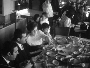 Perhe syömässä ravintolassa Damaskoksessa