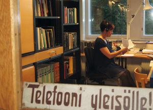 Kielitoimiston puhelinneuvonnassa vastaamassa kielikysymyksiin kouluttaja Minna Pyhälahti vuonna 2009.