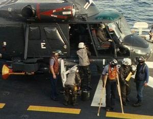 Amerikkalaisia sotilaita nousemassa helikopterista lentotukialuksella Libanonissa