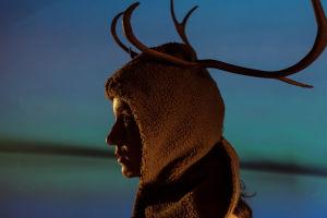 Noora Dadu Ryhmäteatterin näytelmässä Eduskunta III.