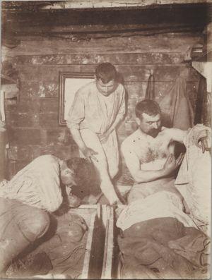 Franska soldater plockar bort löss från sina kroppar under första världskriget.