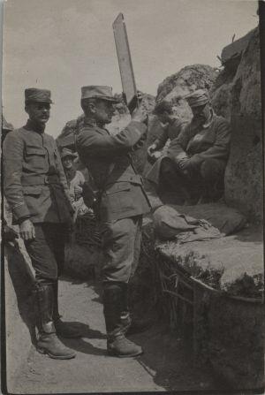 En soldat tittar med ett periskop från skyttegraven under första världskriget.