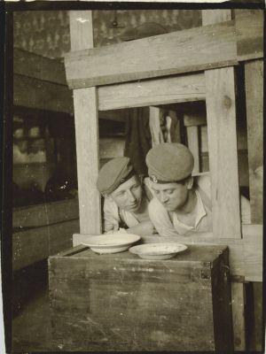 Tyska soldater äter mat i skyttegraven under första världskriget.