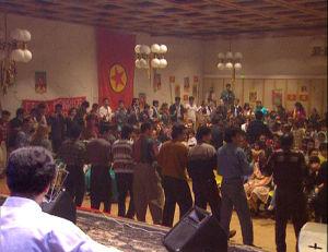 Kurdit viettävät Nevros-juhlaa, miehet ja naiset tanssivat