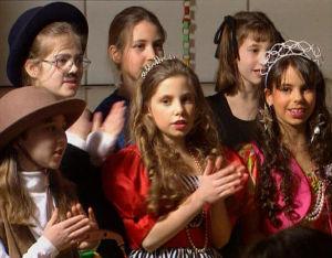 Lapset harjoittelevat esitystä juutalaista Purim-juhlaa varten