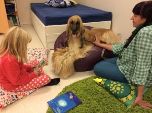 Läshunden Molly lyssnar på en berättelse.
