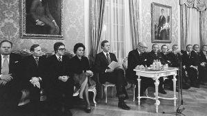 Martti Miettunens regering håller presskonferens år 1975 i Smolna.