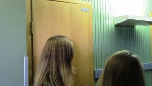 Tytöt a-talon vessan edessä