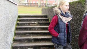 Tytöt juttelevat portailla