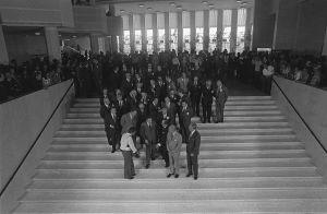 Ulkoministerit ryhmäkuvassa Finlandia-talon portaikossa 1975, valokuvaaja Kaius Hedenström ohjaa ulkoministereitä paikoilleen.