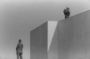 Turvamies ja poliisi Finlandia-talon katolla Etyk-kokouksen aikana 1975.