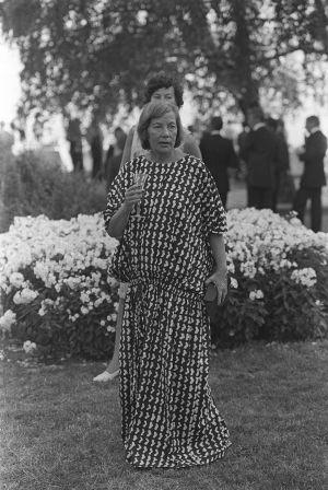 Etyk-kokouksen oheisjuhlissa nähtiin suomalaista eliittiä. Armi Ratia Kalastajatorpan puutarhajuhlissa 1975.