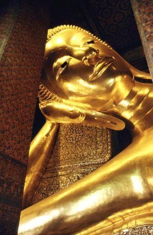Bangkokissa Wat Phon temppelissä oleva makaava Buddha.