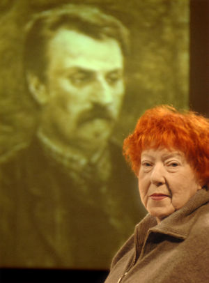 Claire Aho, taustalla kuva isoisästään Juhani Ahosta (2005).