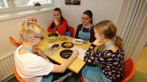 oppilaat syömässä