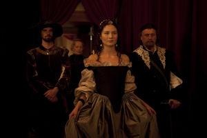 Kuningatar Kristiina kävelee Ruotsin hovissa 1600-luvulla.