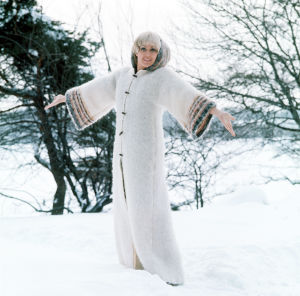 Monica Aspelund i vit kappa