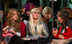 Fanit odottavat Hobitti: Smaugin autioittama maa -elokuvan tähtien saapumista elokuvan Euroopan-ensi-iltaan.