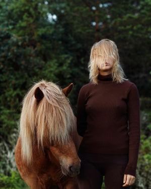 Hevonen ja nainen, molemmilla otsatukka